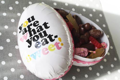 chocolate escondiendo huevos y regalos originales para